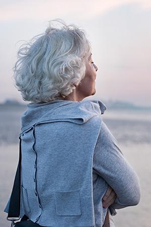 dieses Foto zeigt eine Frau am Strand