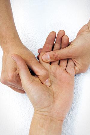 dieses Foto zeigt eine Hand, die massiert wird